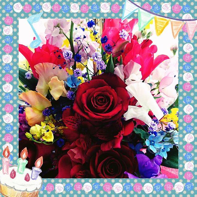 #誕生日 にカレから貰ったお花! 今までピンクメインだったけど今年は赤。綺麗な #フラワーアレンジメント  #誕生日プレゼントモラッタ