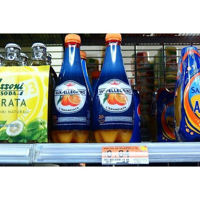 イタリア・フィレンツェで飲んだ超美味しい炭酸オレンジジュース#sanpellegrino これ、日本に入ってこないかなぁ。果汁感が日本の炭酸オレンジとは全然違うんだよね。イタリアはレモンソーダとオレンジソーダがおいしすぎます!! #イタリア #italy #オレンジソーダ #ジュース #イタリア土産 #orange #フィレンツェ