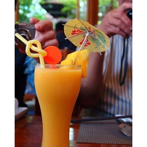 【女子旅シリーズ】去年の4月にベトナム中部(ダナンフエホイアン)に行ってきました! ベトナムといえばフレッシュジュース! これはマンゴージュースだったかな? 100パーセント果汁でとにかくおいしかった! ベトナム行く際はぜひ飲んでみて!#女子旅 #ベトナム中部 #ベトナム #マンゴージュース #レストラン #旅行