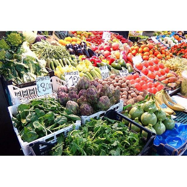 【女子旅シリーズ】イタリア・ローマのマルシェ。屋内でやっているマルシェで日本にない謎の野菜がいっぱい!野菜だけじゃなくて日用品も売っていて、地元の憩いの場になってましたー!#イタリア #ローマ #マルシェ #野菜 #世界遺産 #旅行 #旅行写真