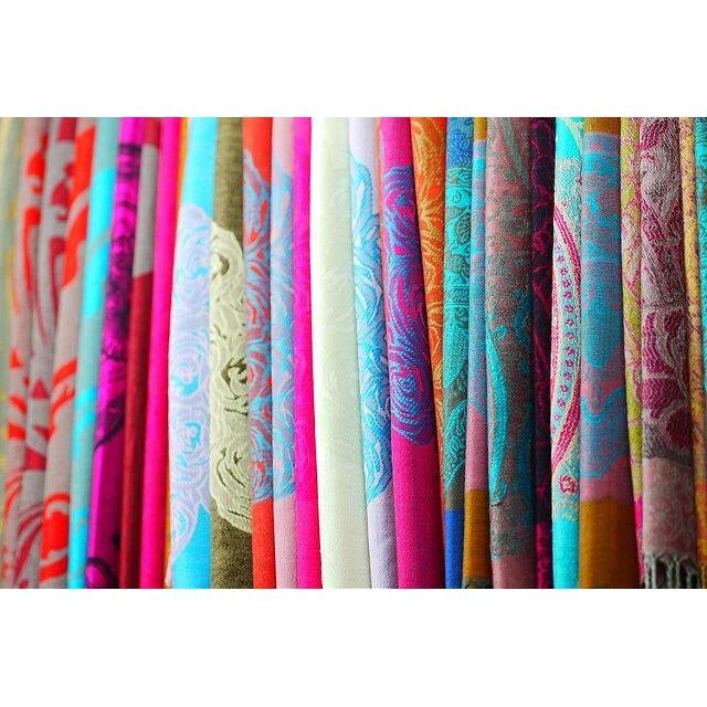 【女子旅シリーズ】カラフルの世界、ベトナム中部旅。ベトナムフエの市場にてカラフルストール。全部シルクなの。ベトナム中部はシルク製品がとにかく安い! 色も柄も本当にきれい!#ベトナム #ベトナム中部 #フエ #女子旅 #旅行 #シルク #カラフル #ストール #写真 #アジア