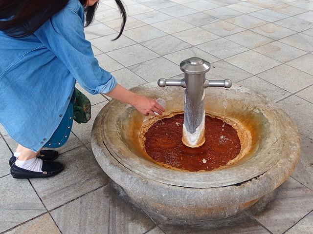 チェコの温泉地カルロヴィ・ヴァリ飲む温泉